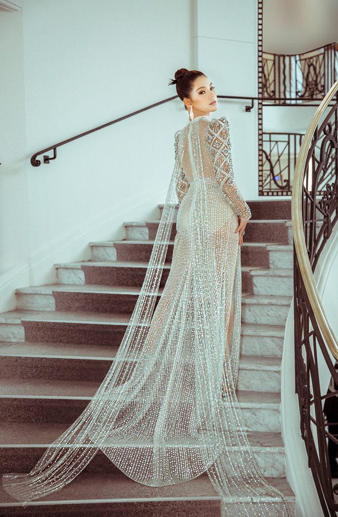 Hoa hậu Jolie Nguyễn khoe thềm ngực gợi cảm tại LHP Cannes 2019 - Hình 4