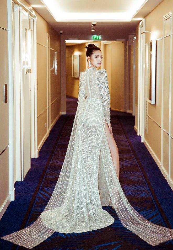 Hoa hậu Jolie Nguyễn khoe thềm ngực gợi cảm tại LHP Cannes 2019 - Hình 5