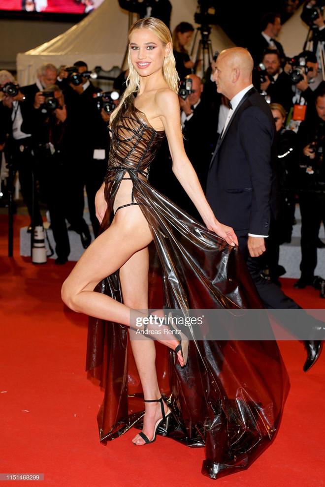Người mẫu 19 tuổi khoe vòng một, khoe vòng ba ở LHP Cannes ngày cuối - Hình 2