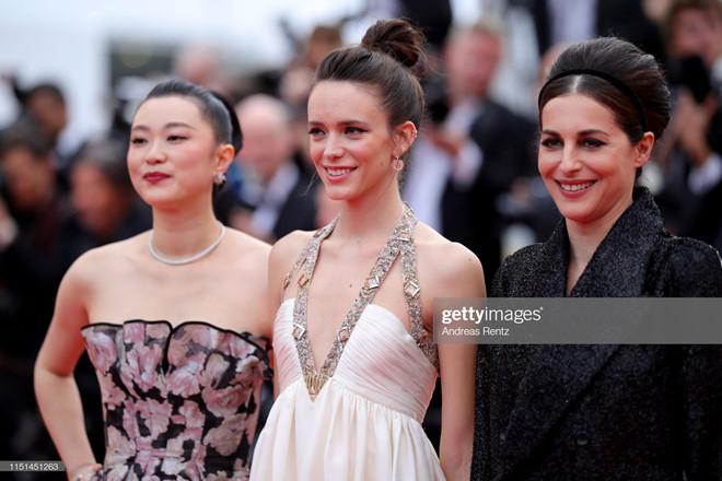 Người mẫu 19 tuổi khoe vòng một, khoe vòng ba ở LHP Cannes ngày cuối - Hình 9