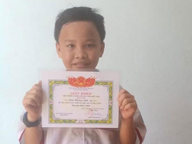 Nóng trên mạng xã hội: Tan chảy với giấy khen của cậu bé nhặt ve chai - Hình 1
