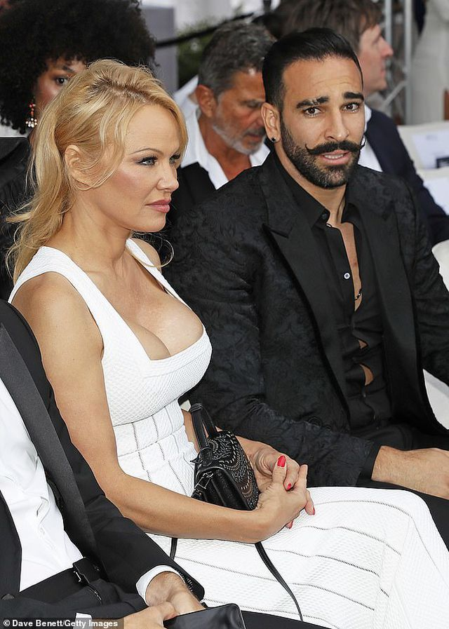 Pamela Anderson khoe núi đôi khủng bên bạn trai kém 18 tuổi - Hình 2