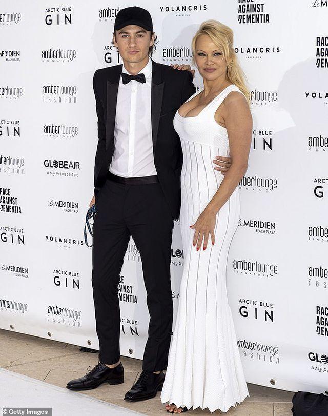 Pamela Anderson khoe núi đôi khủng bên bạn trai kém 18 tuổi - Hình 6