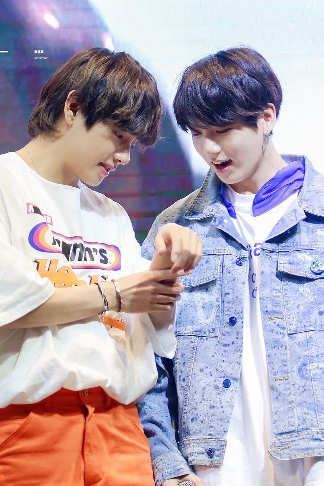Phát sốt vì cặp bromance hot nhất Kpop: V lén làm một điều cho Jungkook, ai ngờ sau 1 năm bị ghi lại hết trong clip - Hình 11