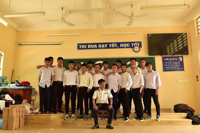 Ra chụp ảnh với học sinh cho vui, bác bảo vệ bỗng chiếm spotlight vì quá đẹp trai và manly - Hình 13