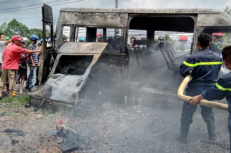 Tài xế kể lại vụ xe khách 16 chỗ bất ngờ bốc cháy khiến 3 bà cháu thương vong - Hình 1