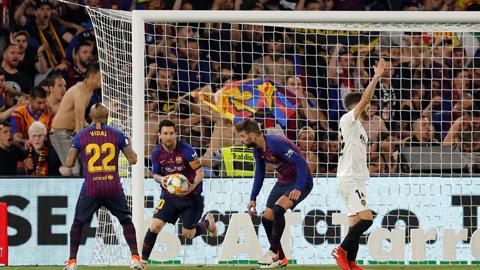 Barcelona 1-2 Valencia: Barca vỡ mộng cú đúp - Hình 2