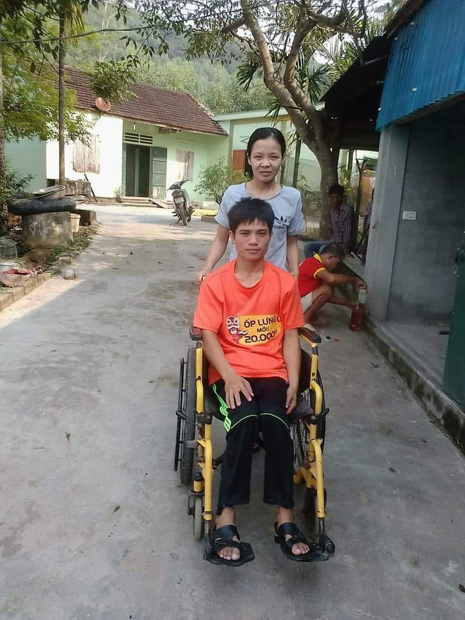 Chuyện tình cổ tích của người chồng liệt 2 chân và vợ mù: Em sẽ làm đôi chân cho chồng để đi hết cuộc đời còn lại - Hình 2