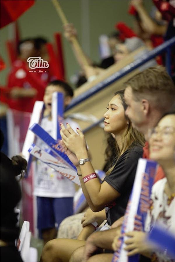 Ngắm dàn fan girl đi cổ vũ bóng rổ, ai cũng phải gật gù: Con gái hễ cứ mê bóng thì đều xinh! - Hình 13