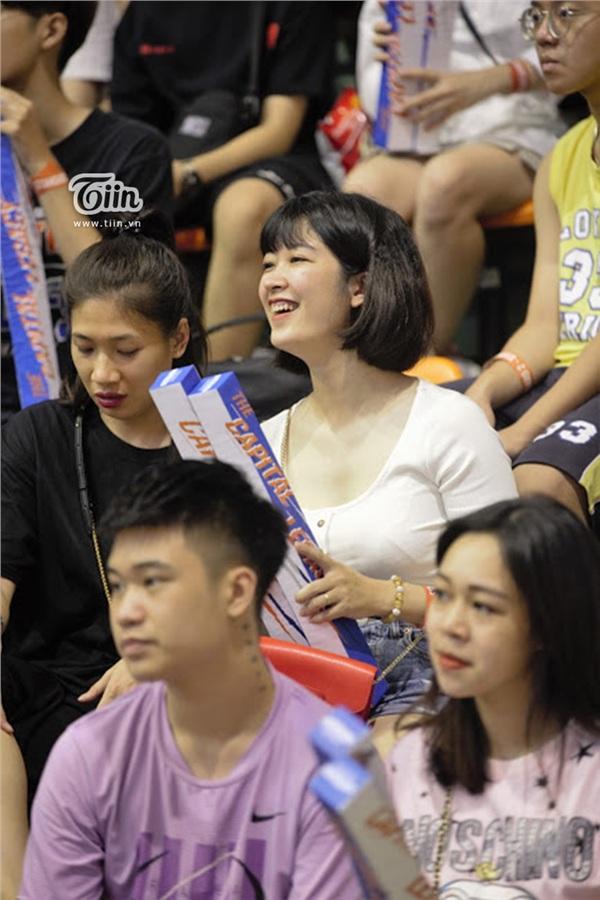 Ngắm dàn fan girl đi cổ vũ bóng rổ, ai cũng phải gật gù: Con gái hễ cứ mê bóng thì đều xinh! - Hình 2