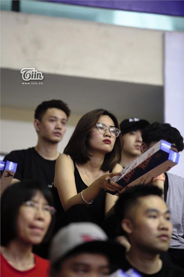 Ngắm dàn fan girl đi cổ vũ bóng rổ, ai cũng phải gật gù: Con gái hễ cứ mê bóng thì đều xinh! - Hình 1