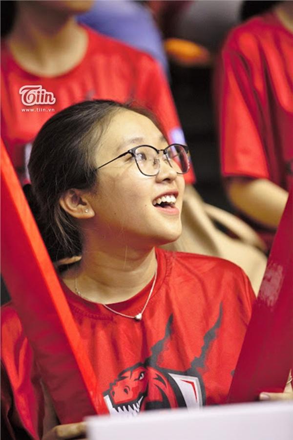 Ngắm dàn fan girl đi cổ vũ bóng rổ, ai cũng phải gật gù: Con gái hễ cứ mê bóng thì đều xinh! - Hình 10
