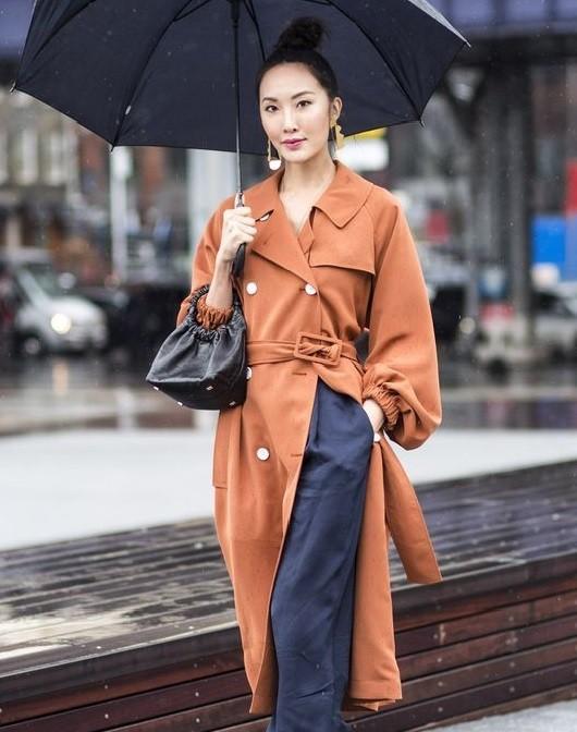 Những quy tắc thời trang khi diện đồ ngày mưa - Hình 3