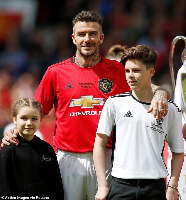 Bắt gặp Harper cùng mẹ đi cổ vũ David Beckham thi đấu, ai ngờ cô bé đã lớn và xinh đến mức này rồi - Hình 6