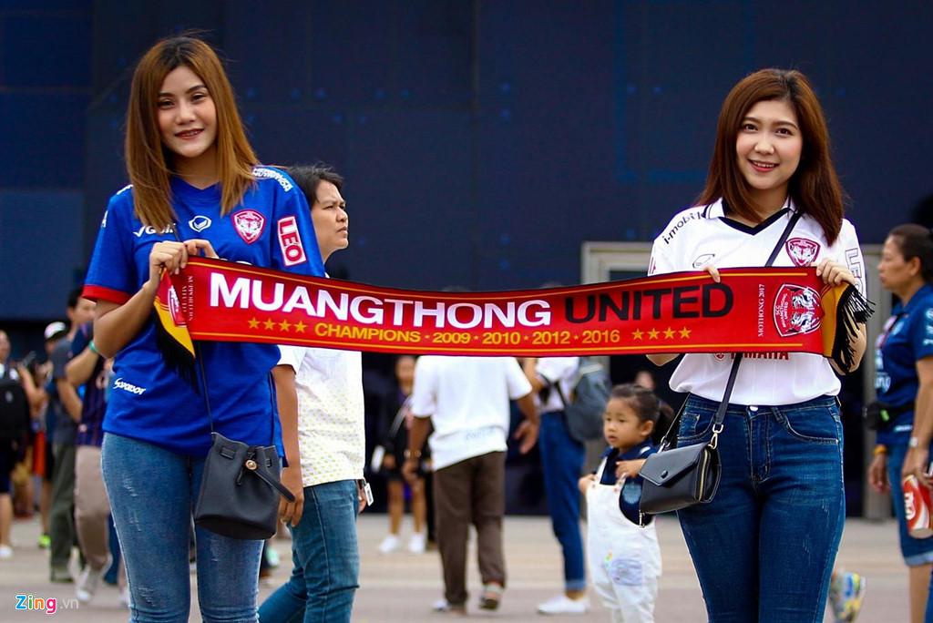 CĐV xếp hàng nhiều giờ trước derby Việt Nam ở Thai League - Hình 3