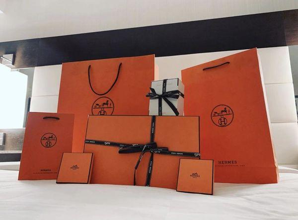 Đâu thua chị kém em, Hari Won cũng được chồng mua hàng hiệu, chất ngập giường - Hình 1