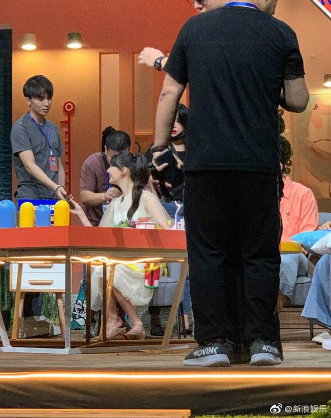 Ngọt ngào như Trương Hằng: Mang nước ấm tới tận phim trường chăm sóc, ngồi xa lặng lẽ ngắm nhìn bạn gái Trịnh Sảng - Hình 2