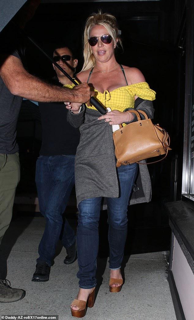 Britney Spears khoe vóc dáng đẫy đà khi ra phố ăn trưa - Hình 2