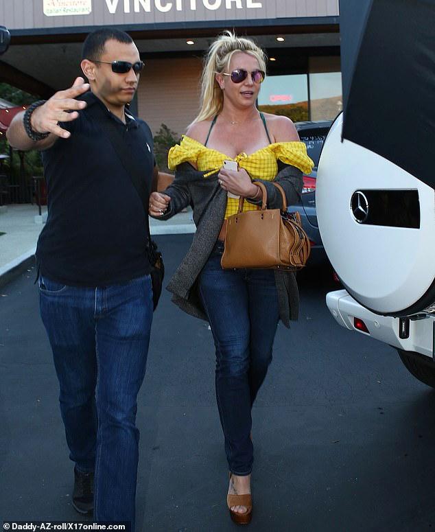 Britney Spears khoe vóc dáng đẫy đà khi ra phố ăn trưa - Hình 9