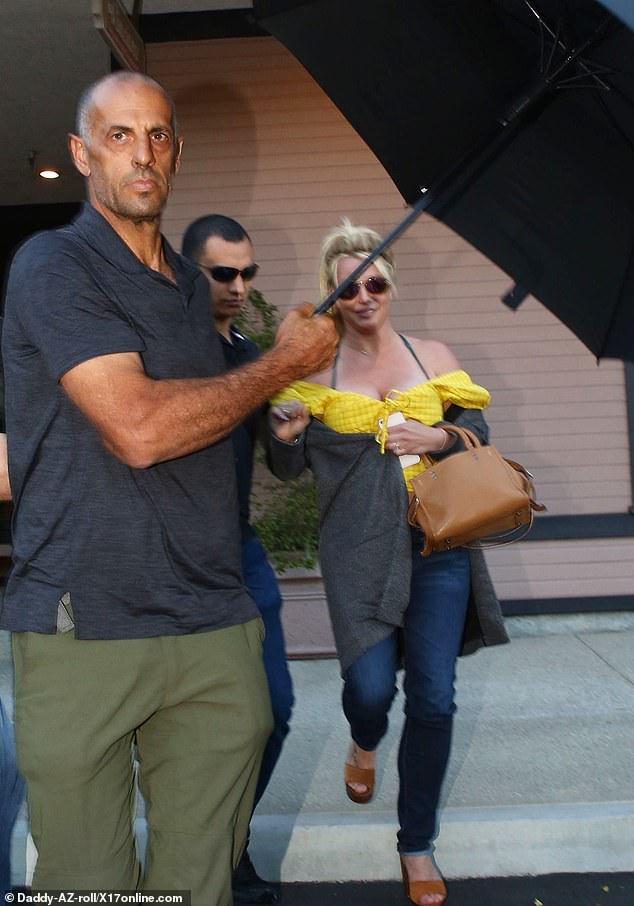 Britney Spears khoe vóc dáng đẫy đà khi ra phố ăn trưa - Hình 6