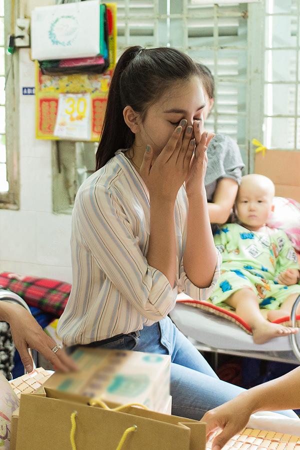Tiểu Vy bật khóc khi làm từ thiện cùng Đàm Vĩnh Hưng - Hình 3