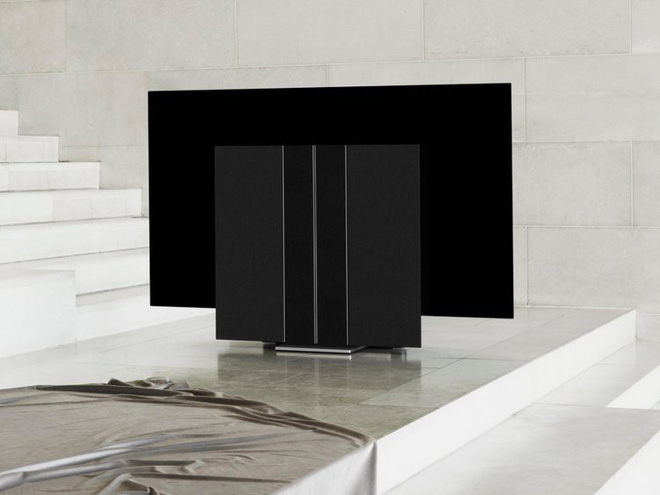 Ngắm nhìn chiếc TV giá 20.100 USD có loa mở ra được như cánh bướm - Hình 2