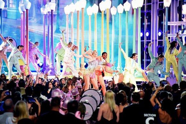 Bà lão chịu chi hơn 100 tỷ đầu tư sân khấu hoành tráng chẳng kém thế hệ con cháu như Taylor Swift, BTS & Halsey - Hình 4