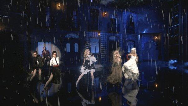 Bà lão chịu chi hơn 100 tỷ đầu tư sân khấu hoành tráng chẳng kém thế hệ con cháu như Taylor Swift, BTS & Halsey - Hình 3