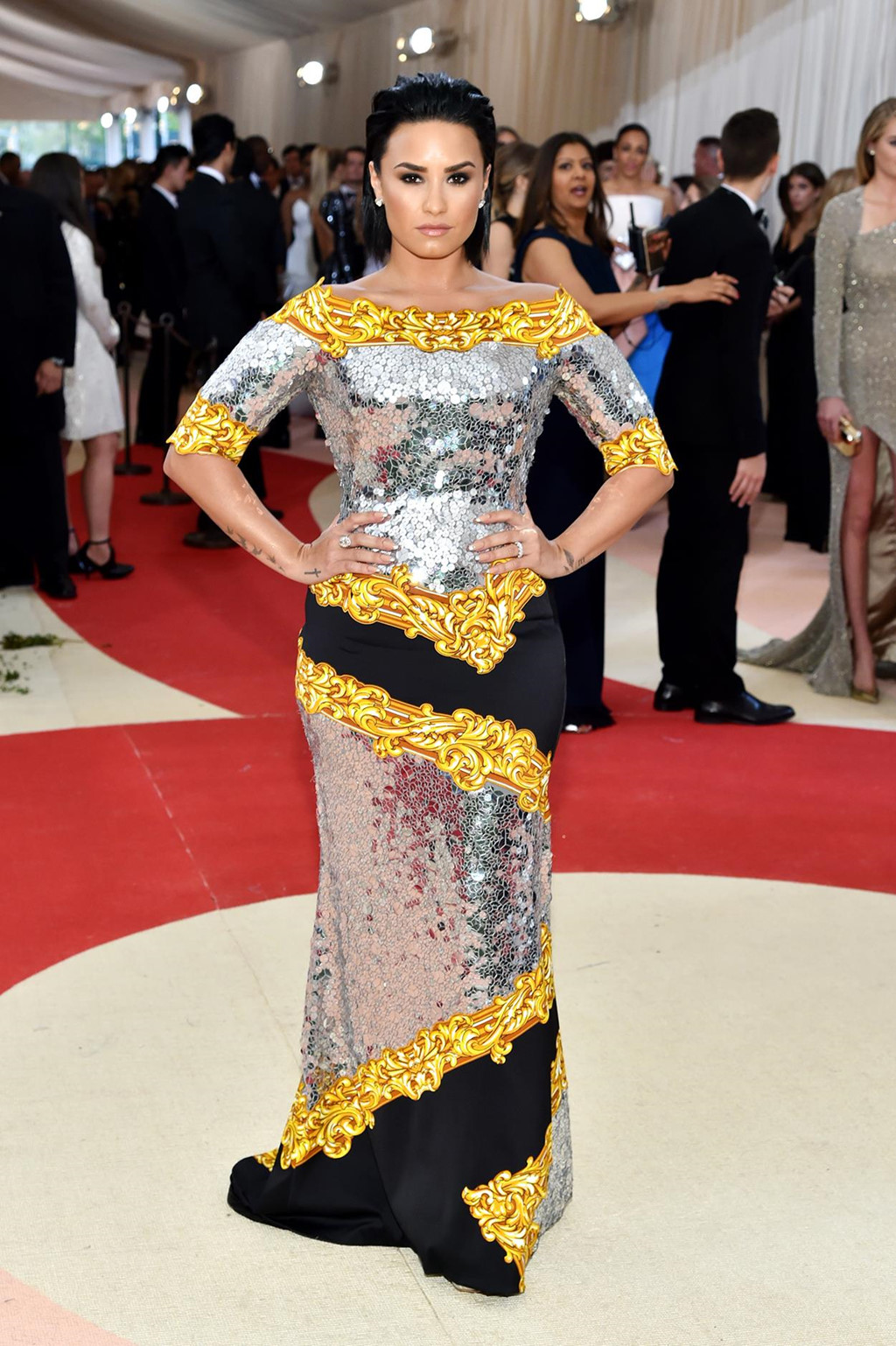 Bộ váy hở ngực của Selena lọt top trang phục thảm họa tại Met Gala - Hình 5