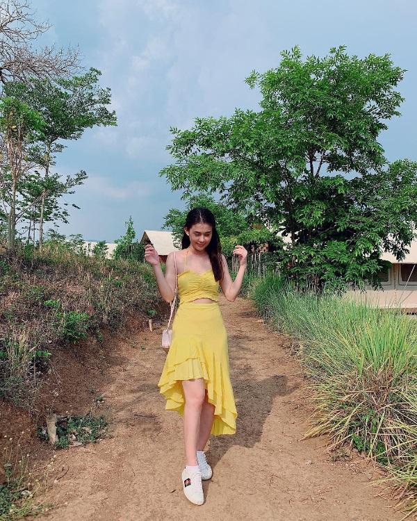 Chẳng hẹn mà gặp, loạt hot girl Việt cùng nhau lăng xê crop top gợi cảm xuống phố - Hình 3