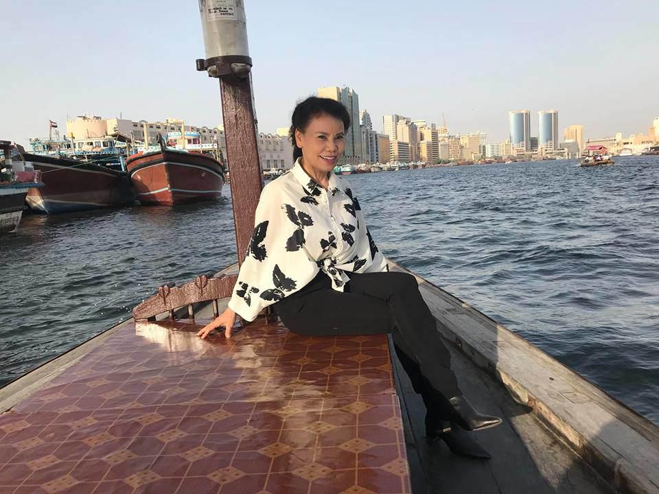62 tuổi, mẹ ruột Hồ Ngọc Hà vẫn tự tin diện bikini, đi giày cao gót cực sành điệu - Hình 6
