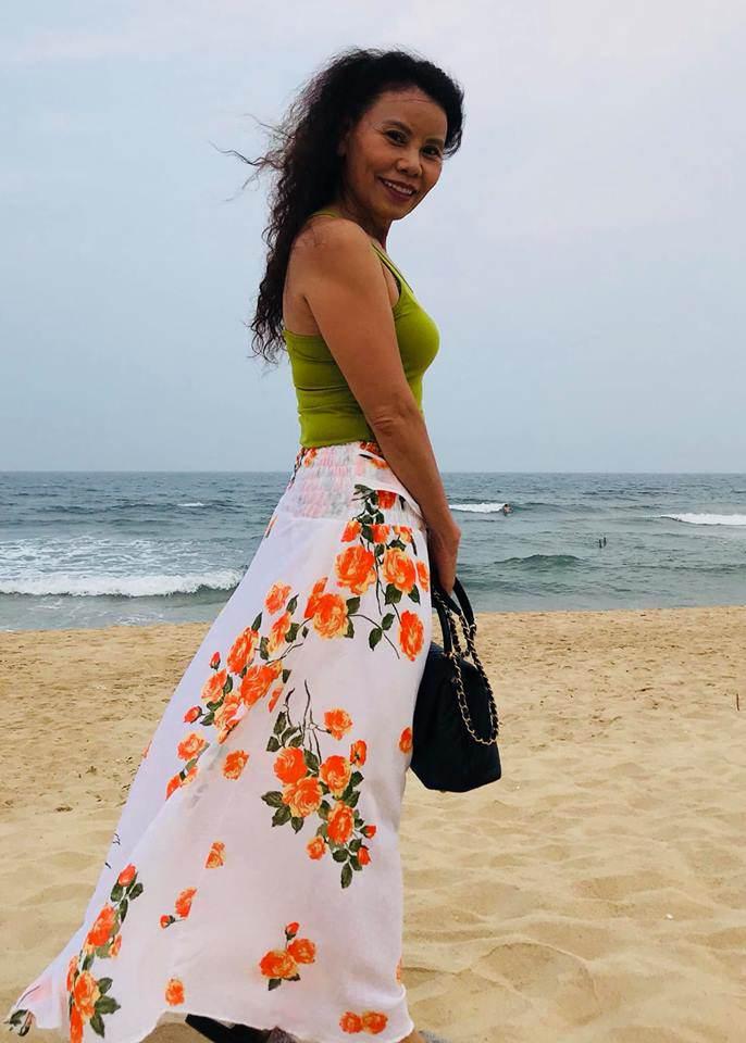62 tuổi, mẹ ruột Hồ Ngọc Hà vẫn tự tin diện bikini, đi giày cao gót cực sành điệu - Hình 3