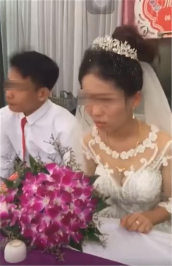 Đây là nguyên nhân của việc cô dâu trưng mặt bánh bao hấp giữa tiệc cưới đông khách? - Hình 2