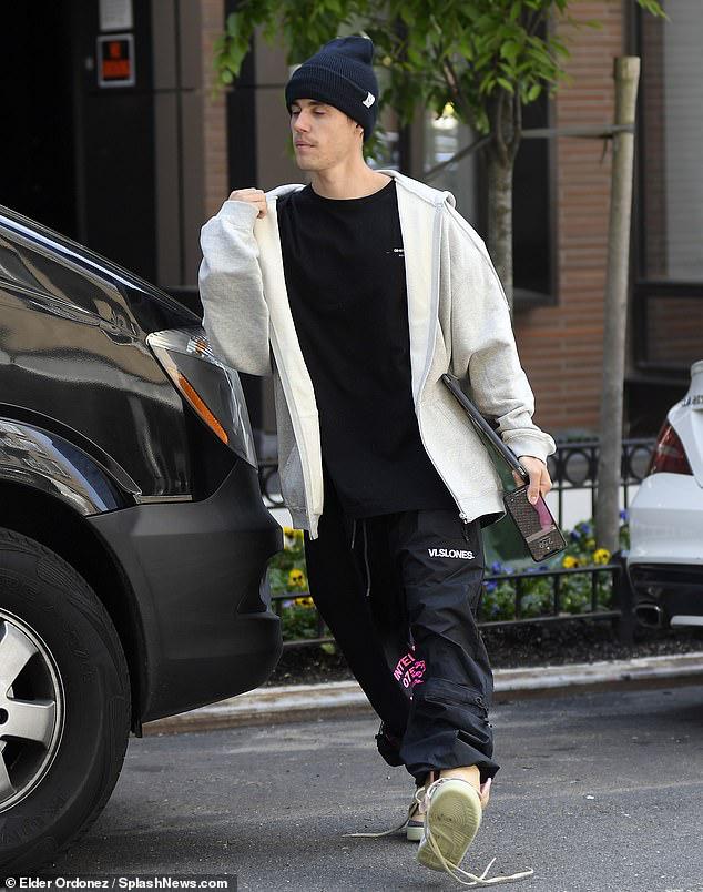 Justin Bieber ăn mặc xuề xòa, kém sang khi đi dự sự kiện thời trang - Hình 2
