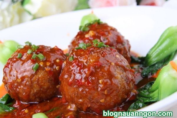 Bữa cơm hấp dẫn với món thịt viên trứng muối sốt cà chua đậm đà, ngon miệng! - Hình 1