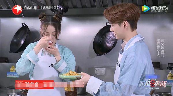 Địch Lệ Nhiệt Ba và Trương Nghệ Hưng dùng chung muỗng để ăn cơm trong Thử thách cực hạn - Hình 9