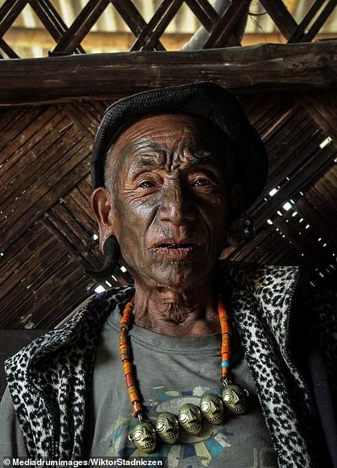 Kinh dị về bộ tộc diễu đầu người quanh làng cuối cùng ở Ấn Độ - Hình 3