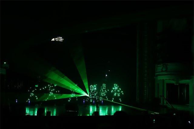 Ngọc Sơn bật khóc trên sân khấu sau 30 năm đi hát - Hình 4