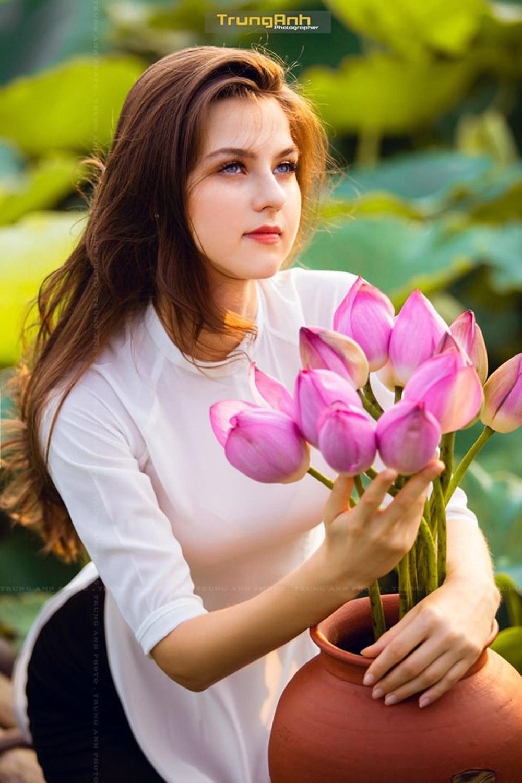 Vẻ đẹp rực rỡ của cô gái nước ngoài bên sen Hồ Tây - Hình 1