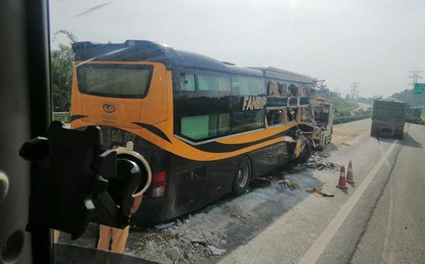 Xe khách đâm xe tải trên cao tốc, nhiều người bị thương - Hình 2