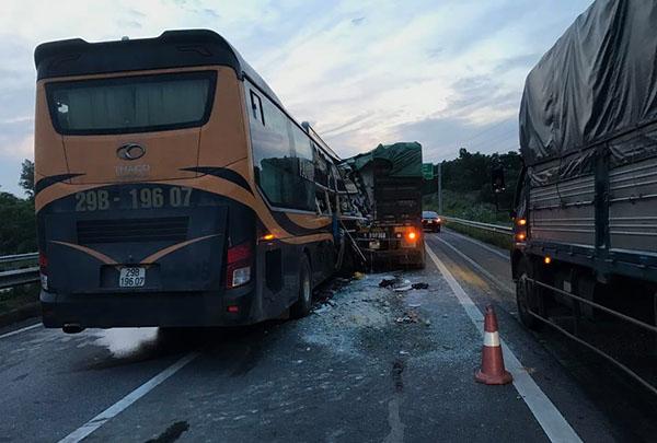 Xe khách đâm xe tải trên cao tốc, nhiều người bị thương - Hình 1