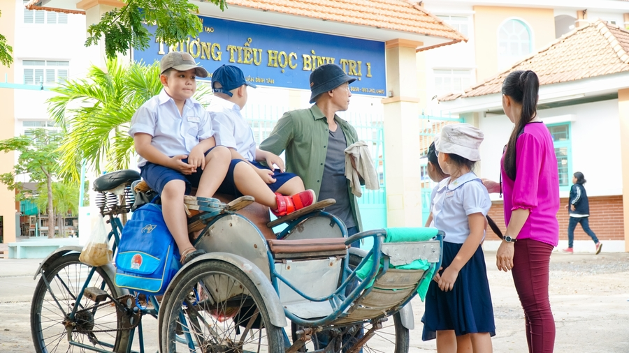 Con gái Hữu Tiến mặc đơn giản, xinh đẹp hút hồn trên phim trường của cha - Hình 2