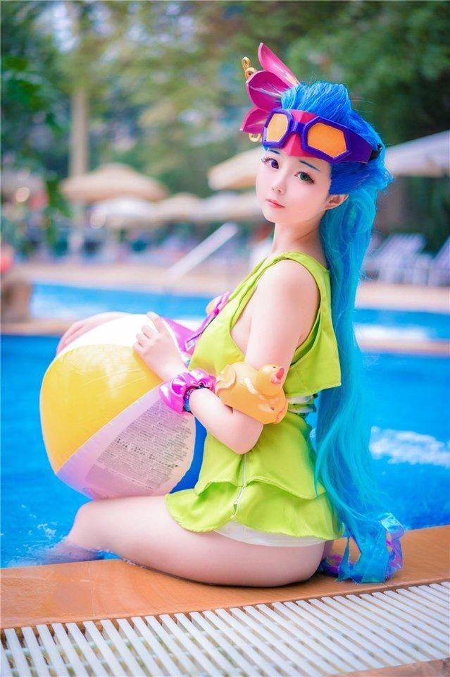 Cosplay Zoe Tiệc Bể Bơi đẹp rụng tim trong Liên Minh Huyền Thoại - Hình 2