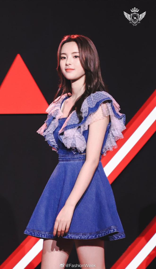 Mặc đồ Taobao rẻ tiền đi thảm đỏ sự kiện, mỹ nhân bất tài Dương Siêu Việt vẫn gây sốt toàn Weibo bởi sắc vóc hoàn mỹ - Hình 8