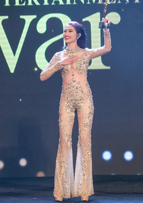 Trang phục màu da trông như không mặc đồ của mỹ nhân Việt - Hình 5