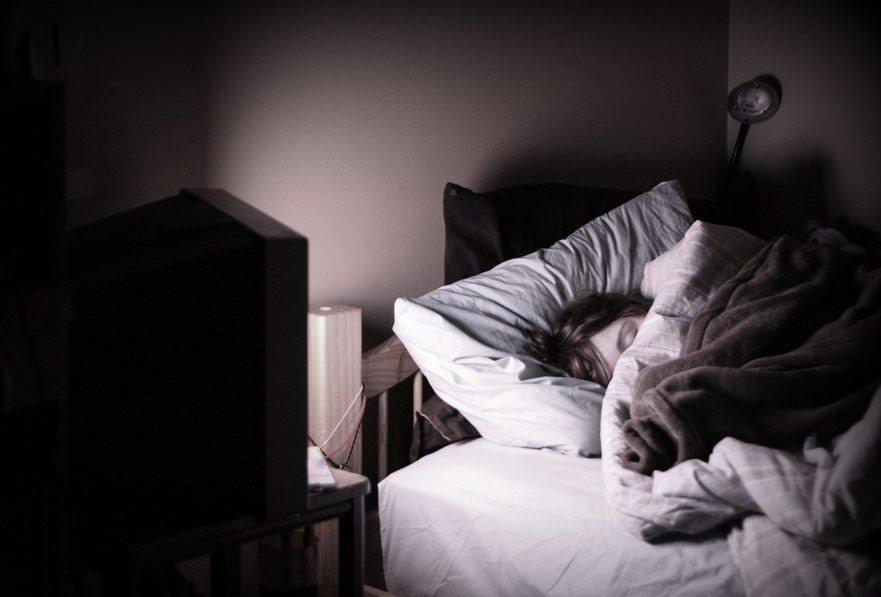 Bật tivi hoặc đèn khi ngủ khiến phụ nữ có nguy cơ tăng cân - Hình 1