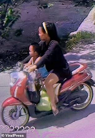 Clip: Mẹ vứt con còn nguyên dây rốn vào bãi rác, trên đường còn chở theo đứa lớn gây phẫn nộ - Hình 1