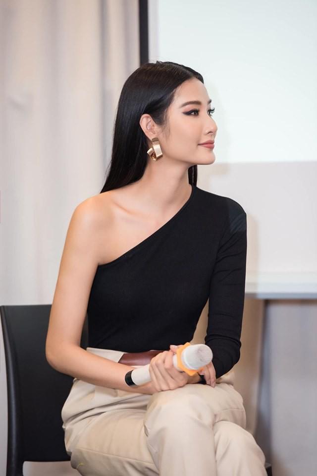 Cùng chung 1 bộ cánh: Hoàng Thùy sở hữu thần thái chuẩn Miss Universe, Tóc Tiên lại khoe được túi nửa tỷ - Hình 2