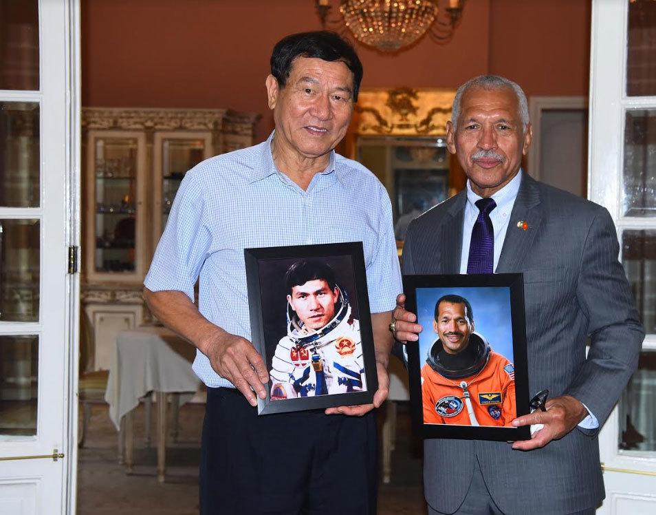 Cuộc gặp đặc biệt của hai vị tướng, nhà du hành vũ trụ Việt - Mỹ - Hình 2