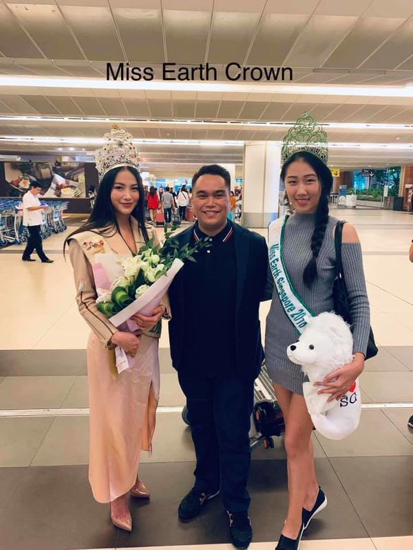 Đi chấm thi Miss Earth Singapore, Hoa hậu Phương Khánh đẹp như thần Vệ Nữ làm náo loạn sân bay - Hình 9